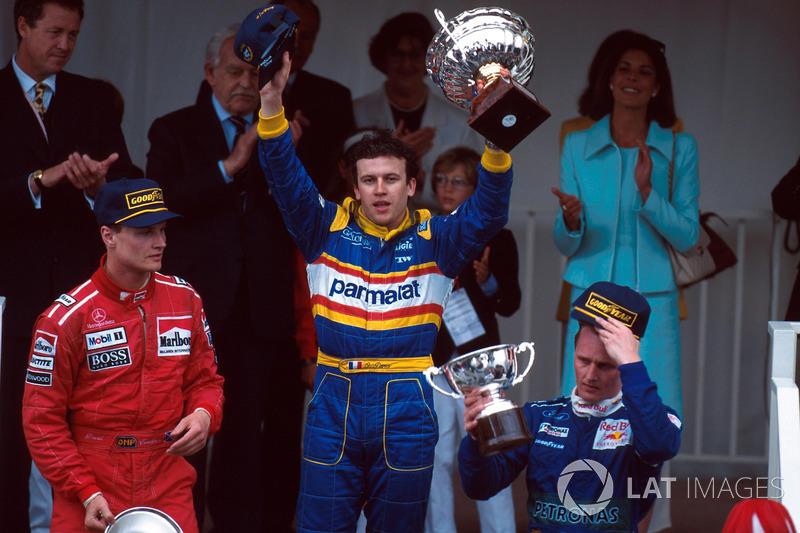 2. David Coulthard ve yarış galibi Olivier Panis ve 3. Johnny Herbert