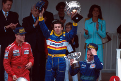 David Coulthard tweede, winnaar Olivier Panis en Johnny Herbert derde