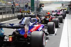 Los pilotos esperan en la salida del pit lane para dirigirse a la parrilla