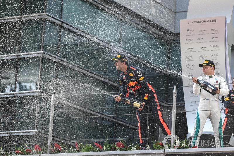 Ganador, Daniel Ricciardo, Red Bull Racing, segundo, Valtteri Bottas, Mercedes AMG F1