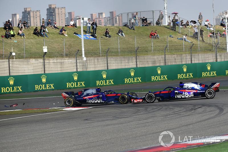 31 коло. Пілот Toro Rosso П'єр Гаслі атакує напарника Брендона Хартлі у шпильці і врізається у нього
