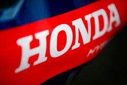 Un logo de Honda en una pieza de la carrocería Toro Rosso STR13