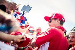 Kimi Raikkonen, Ferrari firma autógrafos para los fanáticos