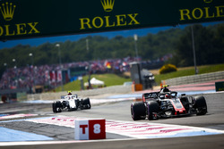 Kevin Magnussen, Haas F1 Team VF-18, leads Sergey Sirotkin, Williams FW41