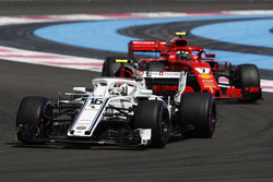 Шарль Леклер, Sauber C37, попереду Кімі Райкконена, Ferrari SF71H