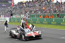 #8 Toyota Gazoo Racing Toyota TS050: Sébastien Buemi, Kazuki Nakajima, Fernando Alonso, festeggiano la vittoria in pista