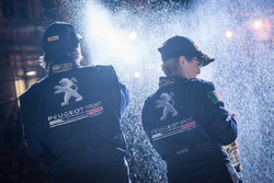 La vincitrice Anna Andreussi, Peugeot Sport Italia, festeggia con lo champage