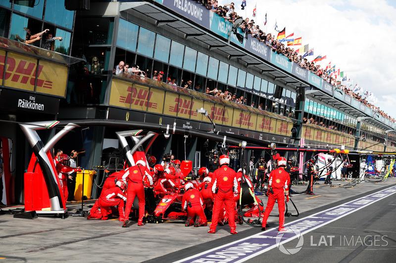 Kimi Raikkonen, Ferrari SF71H, effettua un pit stop