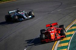 Sebastian Vettel, Ferrari SF71H, delante de Lewis Hamilton, Mercedes AMG F1 W09