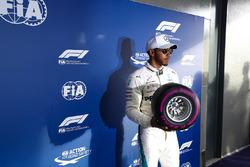 Lewis Hamilton, Mercedes AMG F1, avec un pneu Pirelli miniature après sa pole position