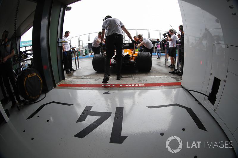 Fernando Alonso, McLaren MCL33 Renault, de regreso al garaje