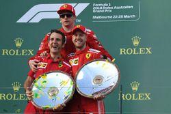 Iñaki Rueda, Ferrari estratega, Sebastian Vettel, Ferrari y Kimi Raikkonen, Ferrari celebran en el podio con los trofeos