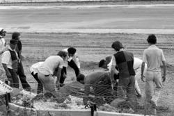 St John Ambulans ekibi, Tom Pryce, Shadow'un bedenini taşıyor