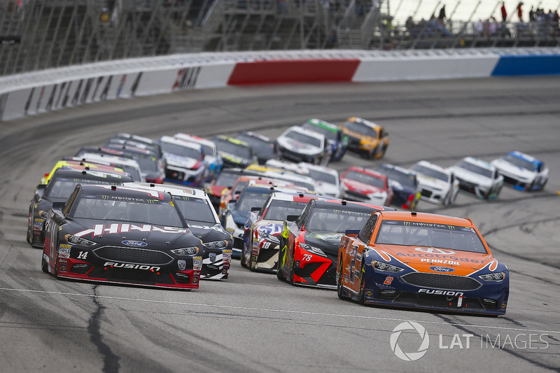 Brad Keselowski, Team Penske, Autotrader Ford Fusion and Clint Bowyer, Stewart-Haas Racing, Haas Automation Ford Fusion lead the field