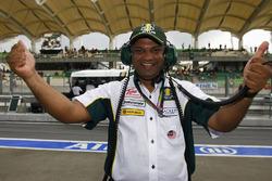 Tony Fernandes, Team Principal Lotus Racing, festeggia dopo il passaggio del team alla Q2