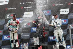 Podio: ganador de la carrera Josh Files, Hell Energy Racing con KCMG Honda Civic Type R TCR, segundo puesto Jaap van Lagen, Leopard Lukoil Team Audi RS3 LMS TCR, tercer puesto Danny Kroes, PCR Sport Cupra TCR