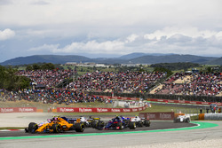 Stoffel Vandoorne, McLaren MCL33, Esteban Ocon, Force India VJM11, Pierre Gasly, Toro Rosso STR13, the remainder of the field at the start