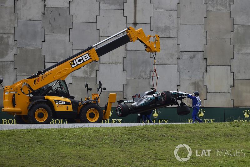 La monoposto di Lewis Hamilton, Mercedes-Benz F1 W08 viene recuperata in Q1