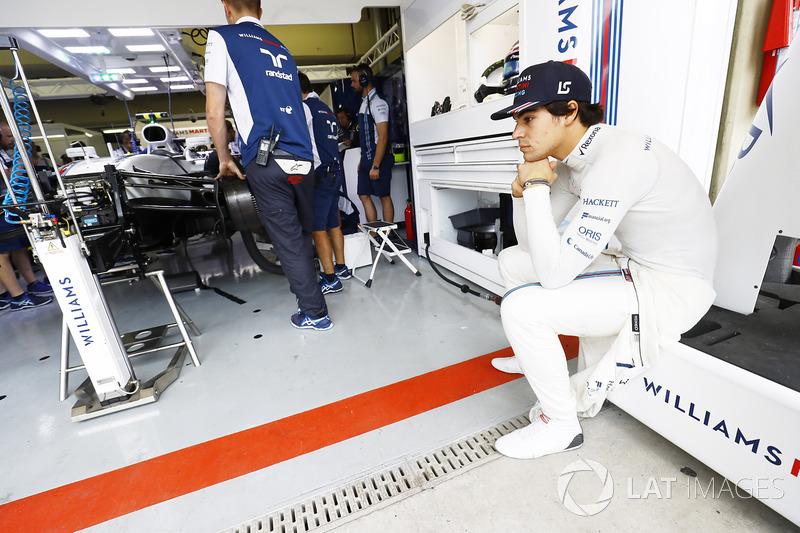 Lance Stroll, Williams FW40, attend que sa voiture soit préparée dans le garage