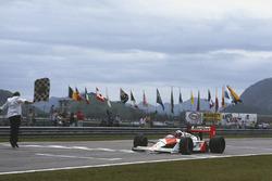 Damalı bayrak: Alain Prost, McLaren MP4/4