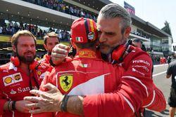 Le poleman Sebastian Vettel, Ferrari, avec Maurizio Arrivabene