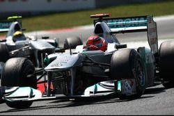 Michael Schumacher, Mercedes GP W02, devance Nico Rosberg, Mercedes GP W02