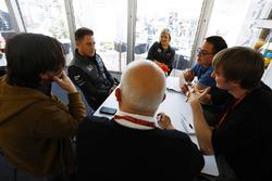 Stoffel Vandoorne, McLaren, Erwin Jaeggi, reporter Motorsport.com