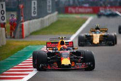 Макс Ферстаппен, Red Bull Racing RB13, и Карлос Сайнс-мл., Renault Sport F1 Team RS17