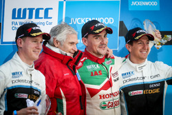 Podium: Racewinnaar Norbert Michelisz, Honda Racing Team JAS, Honda Civic W