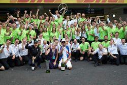 Le Champion du monde 2017 Lewis Hamilton, Mercedes AMG F1, fait la fête avec sa mère Carmen Lockhart et son équipe