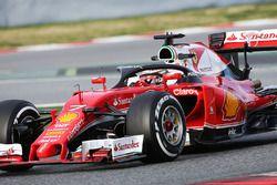 Kimi Raikkonen, Ferrari SF16-H, in pista con il cockpit Halo