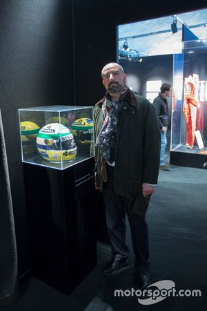 Ivan Capelli, Presidente de la ACI de Milán, con el casco de Ayrton Senna