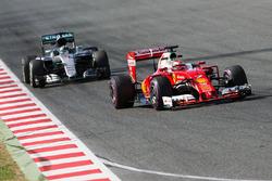 Kimi Raikkonen, Ferrari SF16-H devant Nico Rosberg, Mercedes AMG F1 W07 Hybrid