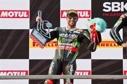 Le deuxième, Tom Sykes, Kawasaki Racing Team, sur le podium