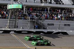 Checkered flag for #22 Tequila Patron ESM Nissan DPi: Ed Brown, Johannes van Overbeek, Bruno Senna,