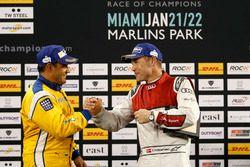 Podium : le vainqueur Juan Pablo Montoya et le deuxième Tom Kristensen