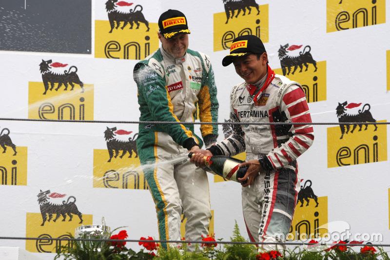 Rio Haryanto dan Valtteri Bottas merayakan di podium.