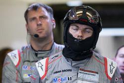 Les mécaniciens Porsche Team réagissent à l'abandon de la #1