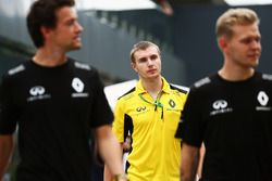 (L to R): Jolyon Palmer, Renault Sport F1 Team with Sergey Sirotkin, Renault Sport F1 Team Test Driv