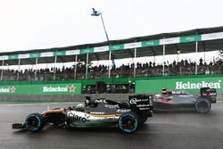 Nico Hulkenberg, Sahara Force India F1 VJM09 et Jenson Button, McLaren MP4-31 en lutte pour une position