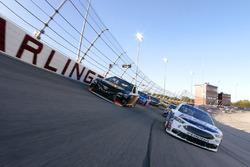 Кевин Харвик, Stewart-Haas Racing Ford и Мартин Труэкс-мл., Furniture Row Racing Toyota возглавляют