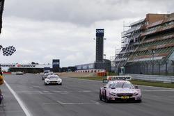 Finishvlag voor Lucas Auer, Mercedes-AMG Team HWA, Mercedes-AMG C63 DTM