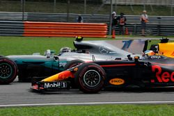 Daniel Ricciardo, Red Bull Racing RB13 y Valtteri Bottas, Mercedes-Benz F1 W08