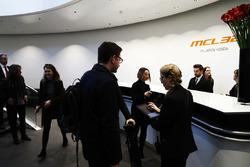 Les médias et les invités arrivent à la présentation de la McLaren MCL32
