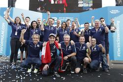 Il vincitore della gara Sébastien Buemi, Renault e.Dams festeggia con il team