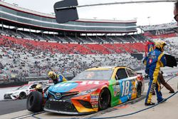 Kyle Busch, Joe Gibbs Racing Toyota, pit stop