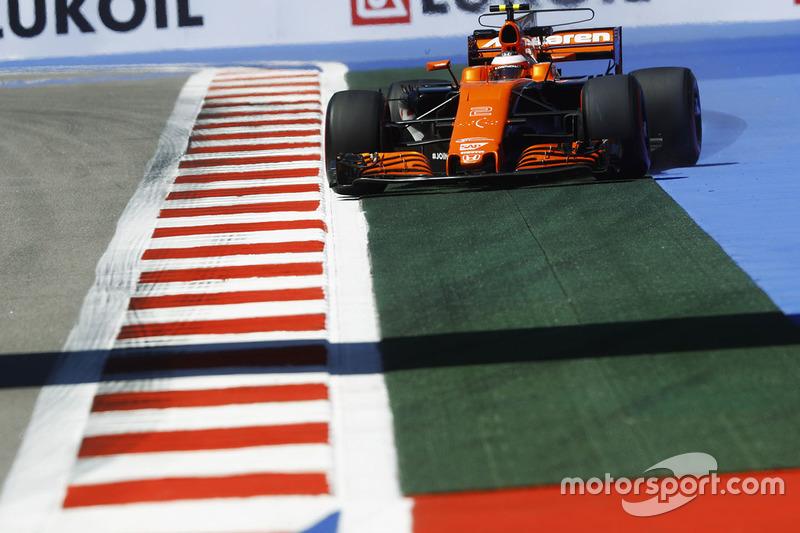 Stoffel Vandoorne, McLaren MCL32 runs wide