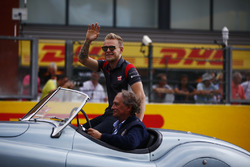 Kevin Magnussen, Haas F1 Team, nella drivers parade