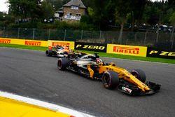 Нико Хюлькенберг, Renault Sport F1 RS17, и Фернандо Алонсо, McLaren MCL32