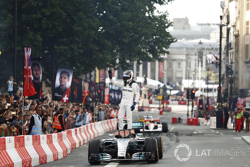 Valtteri Bottas, Mercedes, melakukan atraksi di jalanan